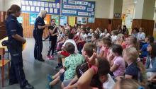 """Policjanci edukują przedszkolaków w ramach akcji """"Kręci mnie bezpieczeństwo nad wodą"""""""