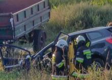 3 osoby poszkodowane po zderzeniu osobówki z maszyną rolniczą