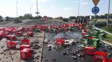 Setki butelek piwa wysypały się z TIR-a. Zablokowane skrzyżowanie drogi w Prudniku