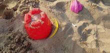 Palacze na kąpieliskach. Dzieci bawią się piaskiem z niedopałkami.