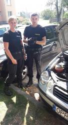 Mały kot utknął w komorze silnika. Szybka reakcja policjantów uratowała mu życie