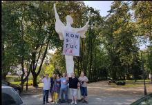 """Namysłów: napis """"Konstytucja"""" zawisnął na pomniku NIKE"""