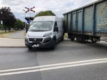 Kolizja na ulicy Luboszyckiej. Pociąg towarowy uderzył w busa dostawczego
