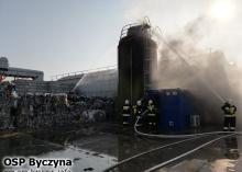16 zastępów straży walczy z pożarem sortowni w Gortatowie