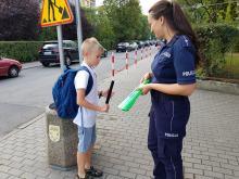 """Policjanci patrolują przejścia dla pieszych w ramach akcji """"Bezpieczna droga do szkoły"""""""
