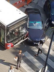 BMW wymusiło pierwszeństwo i zderzyło się z autobusem MZK