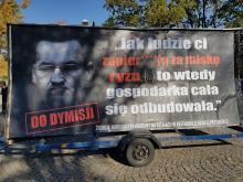 Mobilne billboardy z wizerunkiem szefa rządu w całej Polsce, także w Opolu