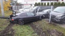 Kierowca BMW wypadł z drogi i uderzył w ogrodzenie komisu samochodowego