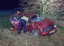 Pijany kierujący uderzył w drzewo i wypadł z samochodu