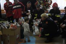Strażacy ochotnicy z podarunkami odwiedzili oddział dziecięcy w Uniwersyteckim Szpitalu Klinicznym
