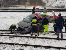 Samochód osobowy utknął na torach kolejowych