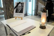 Opolanie wpisują się do księgi kondolencyjnej w holu Ratusza
