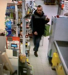 Publikujemy zdjęcia z wizerunkiem mężczyzny podejrzewanego o kradzież