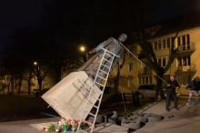 Obalili pomnik księdza Jankowskiego w Gdańsku
