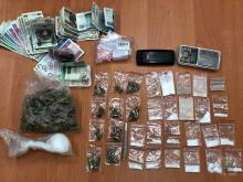 """Sprzedawał narkotyki w mieszkaniu, policjanci złapali go na """"gorącym uczynku"""""""