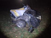 Wypadek samochodu w Prudniku. Auto po uderzeniu w drzewo rozpadło się na dwie części