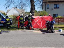 Zablokowana droga po zderzeniu motocykla z osobówką w Mnichusie