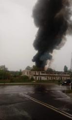 Płonie budynek po dawnej cegielni w Brzegu