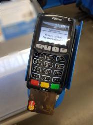 Zatrzymani na gorącym uczynku niechętnie płaca mandat karta płatniczą