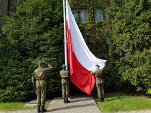 Przed Urzędem Wojewódzkim uroczyście wzniesiono flagę Polski