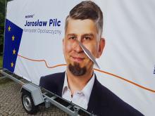 """Zdewastowano baner wyborczy kandydata Wiosny. """"Pocięto mi twarz"""" - mówi Jarosław Pilc"""