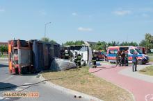 Ciężarówka przewróciła się na rondzie w Ligocie Dolnej