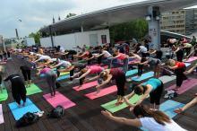 Blisko 200 osób ćwiczyło jogę na tarasie w Amfiteatrze