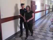 Matka, konkubent i dziadek przez dwa lata gwałcili trzy dziewczynki. Stanęli dziś przed sądem