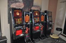 15 maszyn do gier i gotówka zatrzymana przez funkcjonariuszy Krajowej Administracji Skarbowej