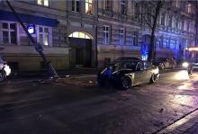 Wypadek BMW w centrum. Ucierpiała śpiąca w łóżku kobieta