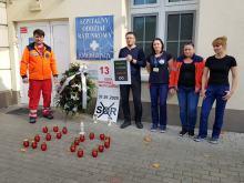 """Znicze i wieniec pogrzebowy pod SORem na Katowickiej. Ratownicy zorganizowali """"pogrzeb"""""""