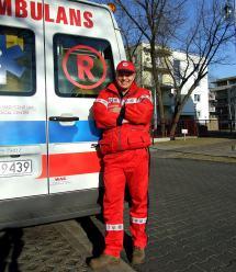 Ratownik medyczny szuka przypadkowych bohaterów, którzy uratowali przechodnia