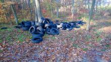 Ktoś wywiózł do lasu około tony zużytych opon. Policja szuka sprawcy