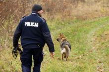 Mężczyzna uciekł z konwoju i ukrywa się w lesie - Ćwiczenia prudnickiej policji