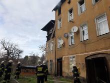 Pożar kamienicy w Prudniku. Ogień pojawił się na ostatnim piętrze