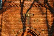 Co kryje wewnątrz zabytkowa kaplica przy ulicy Wrocławskiej?