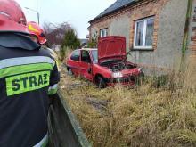 Kierujący Citroenem staranował ogrodzenie i zatrzymał się na posesji