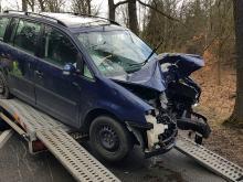 Auto wjechało w drzewo na trasie z Kup do Murowa. Ranna kobieta i jej 6-letnie dziecko