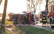 Wóz bojowy jadący do wypadku przewrócił się. Rannych 4 strażaków