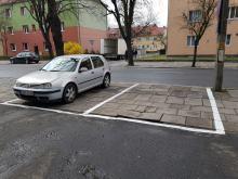 Absurdalne miejsca parkingowe przy ulicy Katowickiej. Mieszkańcy są zszokowani