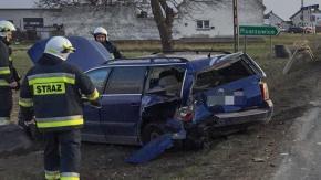 Dwie osoby ranne po uderzeniu busa w samochody osobowe