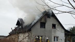 Pożar domu w Dobrzyniu. Z ogniem walczyło 10 zastępów straży pożarnej