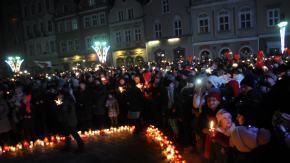 Setki Opolan odpali�o zimne ognie na rynku w solidarno�ci z Gda�skiem