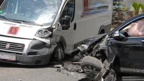 Czo�owe zderzenie busa i osob�wki w Opolu