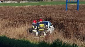Wypadek na trasie do Winowa. Auto w rowie