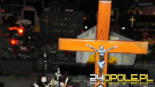 Powyrywane i spalone krzyże na cmentarzu