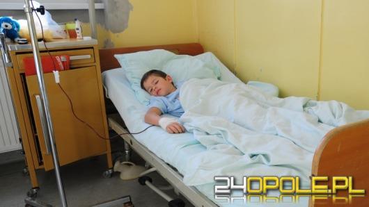 7-letni Grześ odpoczywa po operacji ręki