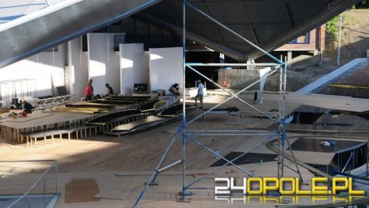 W amfiteatrze ruszyła budowa scenografii