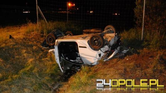 Opel dachował na autostradzie