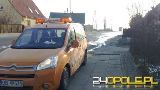 Rozlane szambo zamarzło na drodze w Skarbiszowie